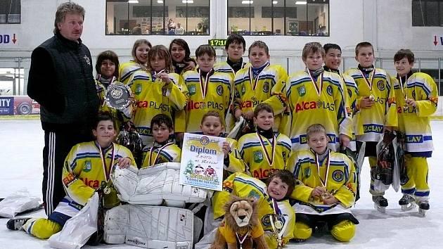 Vítězný tým si kromě zlatého poháru a medailí odnesl i věcné ceny a sladký dort.
