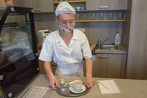 Učni z Cvrčovic se školí v pohořelické kavárně.