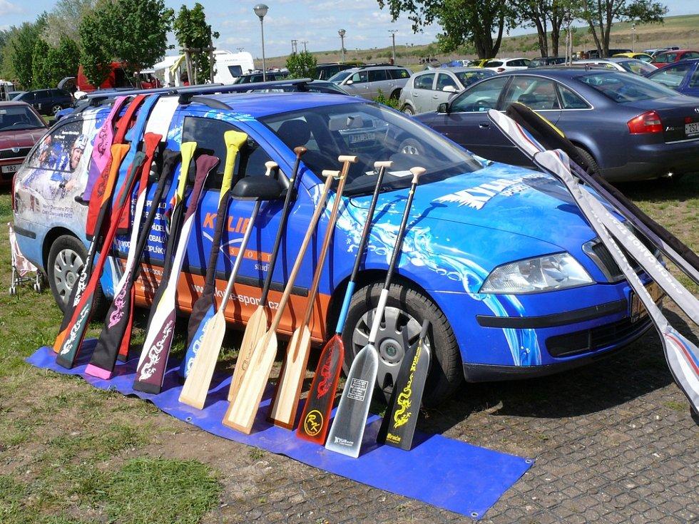 Několik stovek dragonů ze čtyřiceti týmů se sešlo v autokempu Merkur v Pasohlávkách, aby změřili síly při prvním ze čtyřech závodů Grand Prix dračích lodí, třetím ročníku Pálava Open 2012.