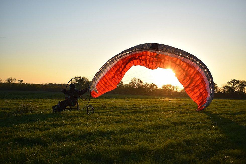 Motorový paraglid s tříkolkou na startu.