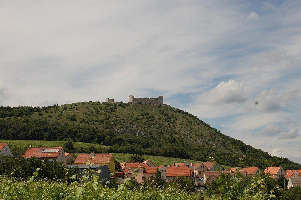 Dominanta severního okraje hřebene masívu Děvín, nejvyššího vrcholu Pavlovských vrchů na jižní Moravě. Děvičky se nachází na vápencové skále vypínající se do nadmořské výšky 428 metrů. Od roku 1964 je hrad chráněn jako kulturní památka.