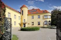 Hotel Apollon ve Valticích na Břeclavsku je na prodej. Udávaná cena historické budovy v dubnu 2021 na realitním webu je 32 milionů korun.