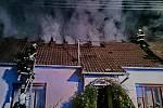 Druhý stupeň požárního poplachu vyhlásili hasiči kvůli požáru v ulici Rudé armády v Dolních Dunajovicích. O tom, že plameny zachvátily střechu rodinného domu, dostali hlášení zhruba o půl deváté večer.