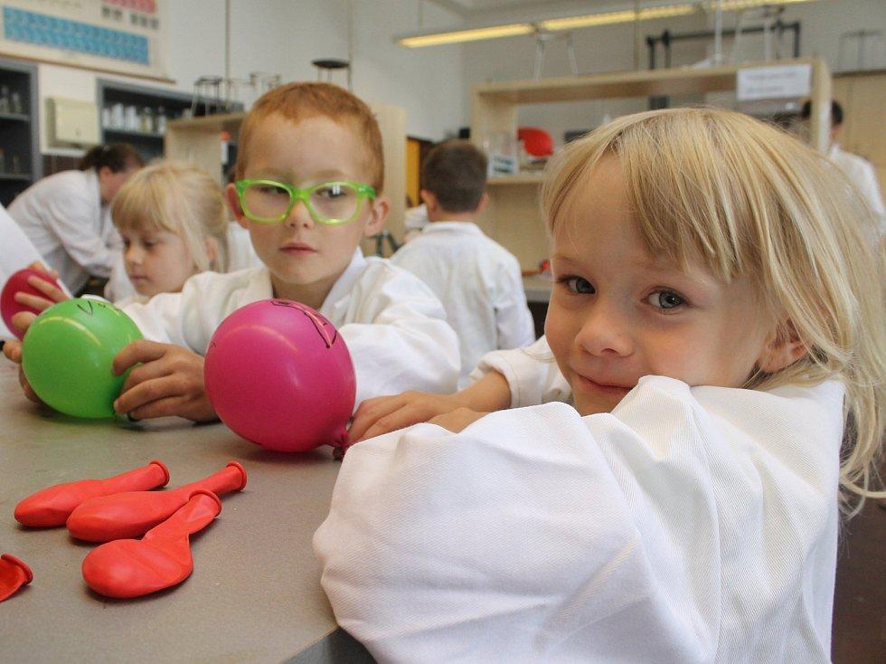 Studenti břeclavského gymnázia dělali ve čtvrtek pro děti z mateřské školy různé fyzikální a chemické zábavné pokusy. V biologii si děti vyzkoušely například mikroskopování.