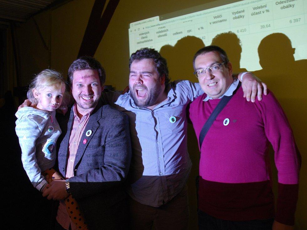 Překvapivým vítězem komunálních voleb v Břeclavi jsou Mladí a neklidní. Dosud opoziční sdružení získalo dvacet procent hlasů. Lídrem je Jakub Matuška (uprostřed), sdružení podpořili Piráti a STAN.