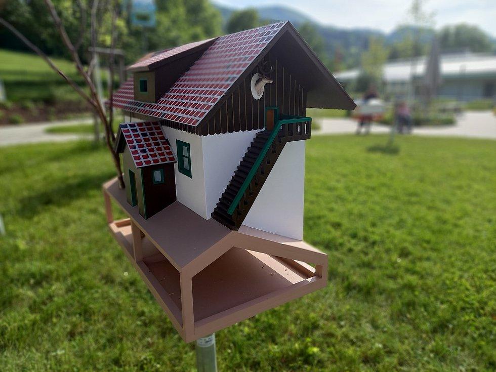 Brněnská umělkyně Kateřina Šedá vytvořila v domově seniorů v dolnorakouském Hainfeldu instalaci s názvem Herzlich willkommen.