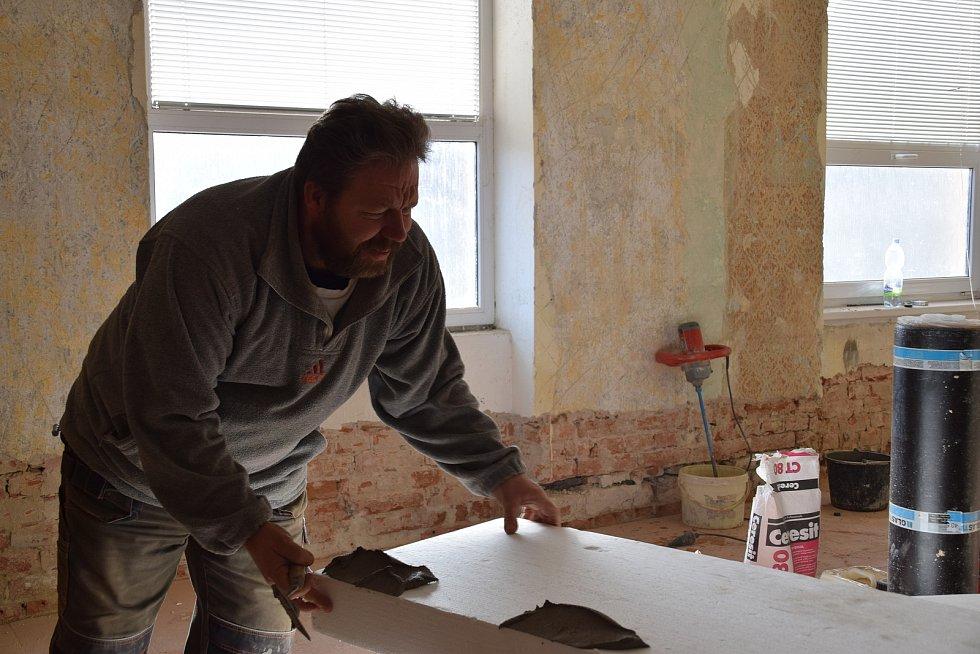 Milovičtí opravují bývalou budovu školy