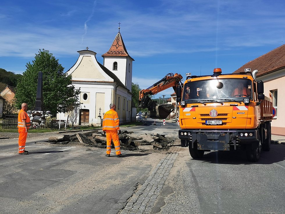 Od 10. května začaly práce na hlavním tahu Milovicemi. Foto: Deník/Iva Haghofer