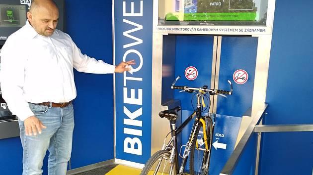 Cyklověž v Břeclavi. Pojme až 118 jízdních kol.