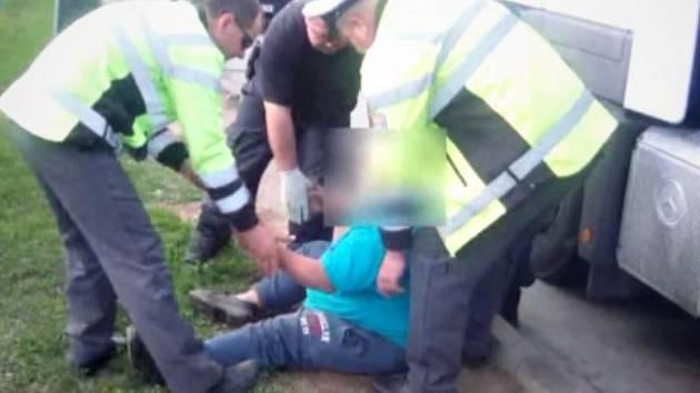 Silně opilý řidič kamionu jel po dálnici D2. Před policisty se sám nemohl ani postavit na nohy. Naměřili mu téměř tři promile.