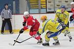 Břeclavští hokejisté (ve žlutém) nedovolili Opavě skórovat.