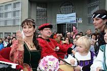 Sobotní Burčákové slavnosti v Hustopečích nabídly historický průvod městem, jednání recesistického státního útvaru Burčákové unie i netradiční burčákovou svatbu.