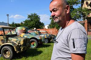 Miroslav Kostka z Lanžhota našel zálibu v sestavování replik vojenských vozů.