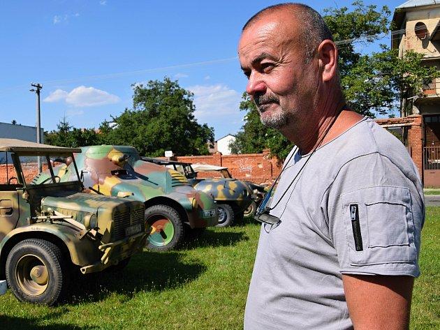Miroslav Kostka zLanžhota našel zálibu vsestavování replik vojenských vozů.