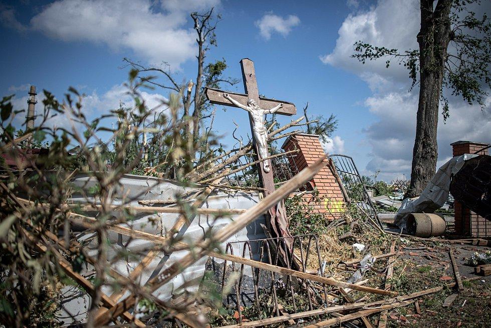Poničené hřbitov  v Mikulčicích na snímku pořízeném 25. června 2021.