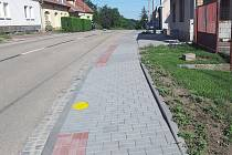 Nové chodníky a parkovací stání v Nikolčicích.