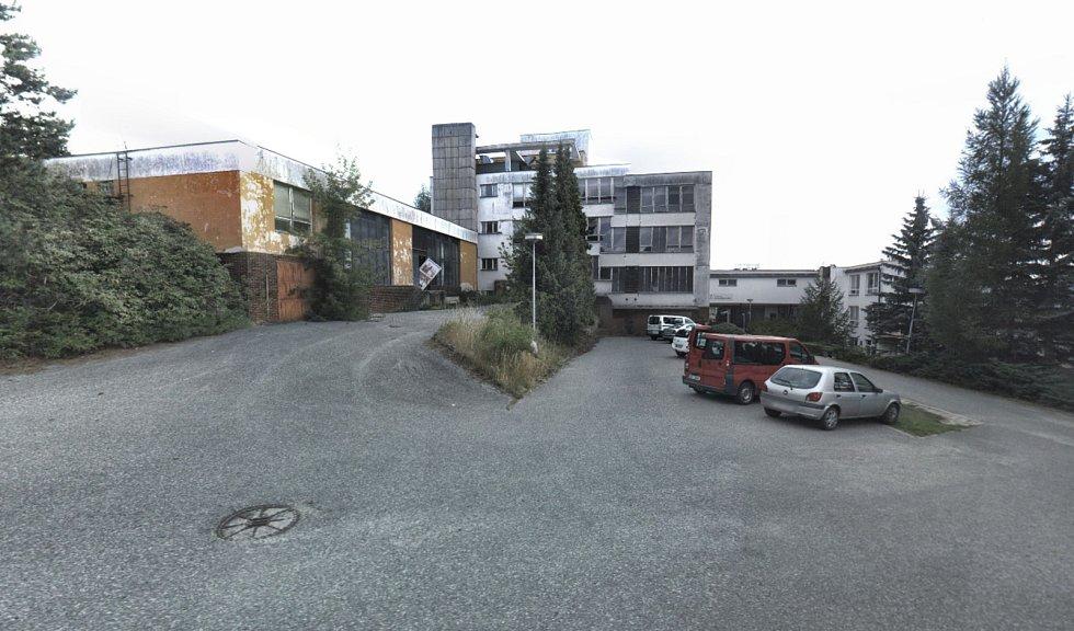 NIVA. Několik podnikových chat patřilo za minulého režimu také břeclavskému Gumotexu. Hotel Niva nyní z většiny chátrá.