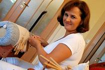 Krajkářka Olga Mikulášová při práci.