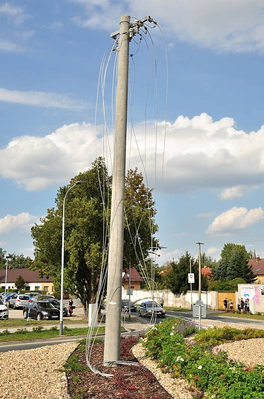 Obří transport míří z Třebíče do Hodonína k slovenským hranicím. Jede až do Velké Británie. Na snímku průjezd přes Pohořelice na Brněnsku.