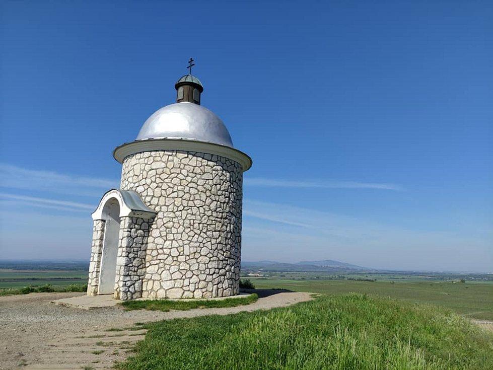 Procházka z Velkých Bílovic na Hradištěk. Kaple sv. Cyrila, Metoděje, Václava a Urbana na vrchu Hradištěk