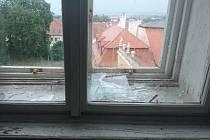 Poničená okna, fasáda a spadané tašky ze střech. Státní zámek Valtice sečetl škody po bouřce.