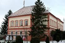Protože počet dětí převyšoval její kapacitu, byla v roce 1965 vybudovaná mezi Tvrdonicemi a Kosticemi nová společná základní škola, kam chodí děti z obou obcí.