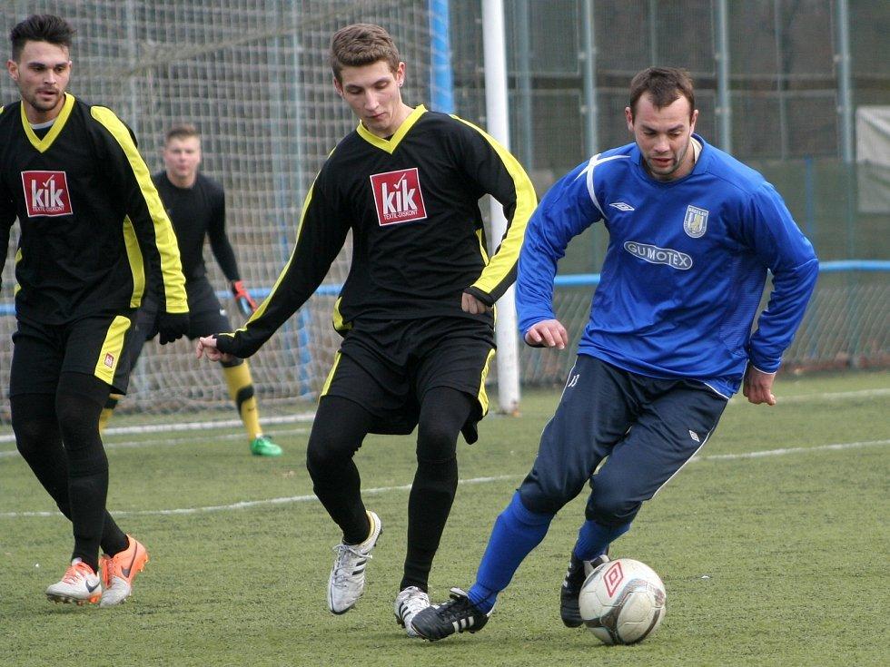 Břeclavští fotbalisté (v modrém) v záběru utkání rozstříleli slovenského třetiligistu.