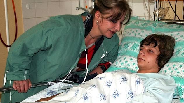Napadený chlapec s matkou v břeclavské nemocnici.