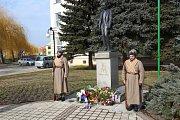 U památníku u žluté školy v Břeclavi si lidé ve středu připomněli 168. výročí od narození Tomáše Garrigue Masaryka.
