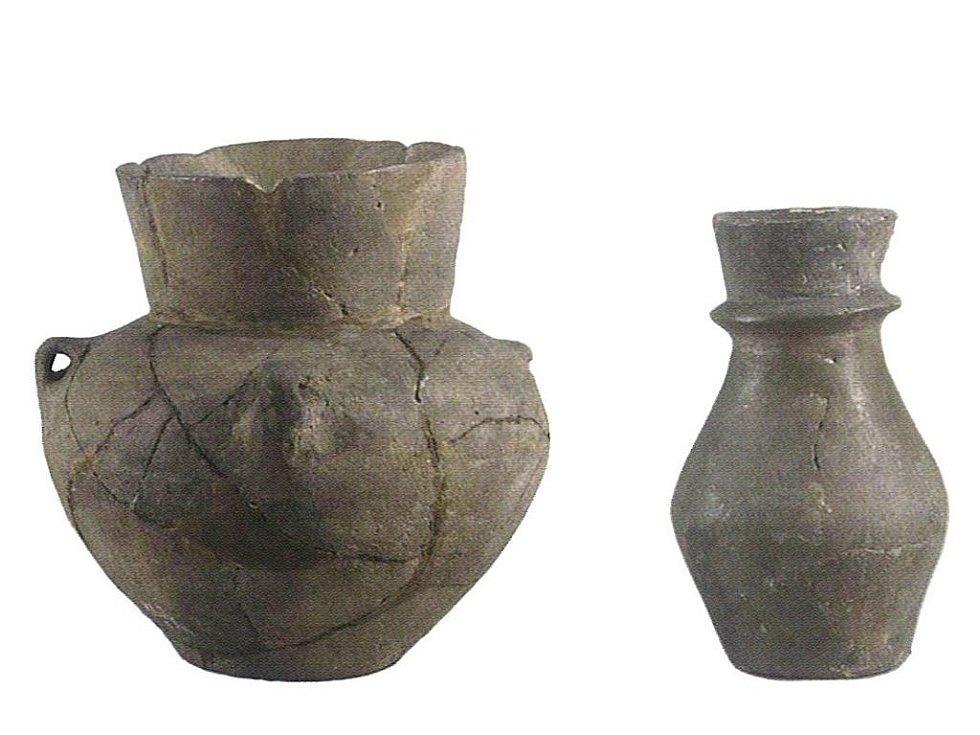 Příklady keramické produkce kultury s nálevkovitými poháry. Amfora (vlevo) a láhev s límcem (vpravo) (podle: ).