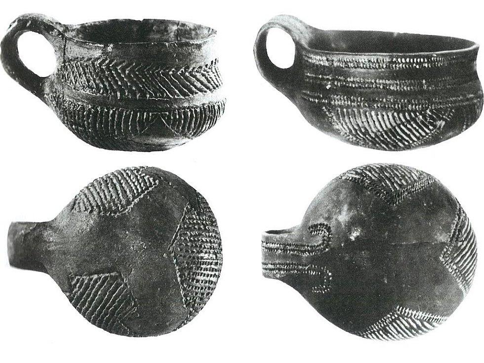 Keramika Retz-Křepice-Bajč zdobená inkrustací.