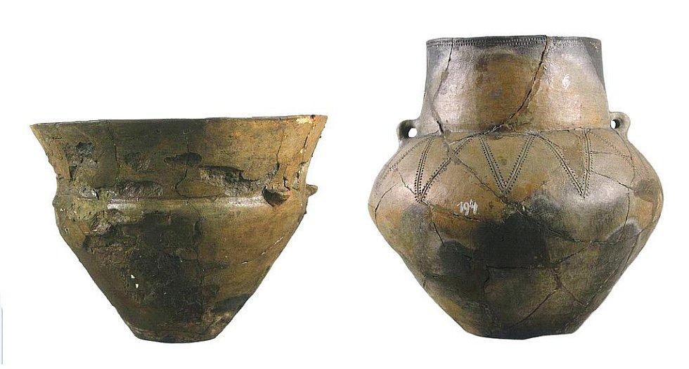 Příklady keramické produkce kultury s nálevkovitými poháry. Typický nálevkovitý pohár (vlevo) a amfora (vpravo).