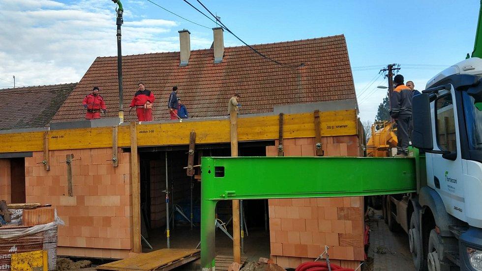 Příprava na vylívání stropu v přístavbě.