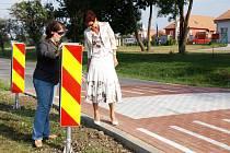 Nový zpomalovač na kraji Hlohovce si prohlédla i náměstkyně jihomoravského hejtmana Anna Procházková (vpravo), na snímku se starostkou Hlohovce Janou Vlkovou.