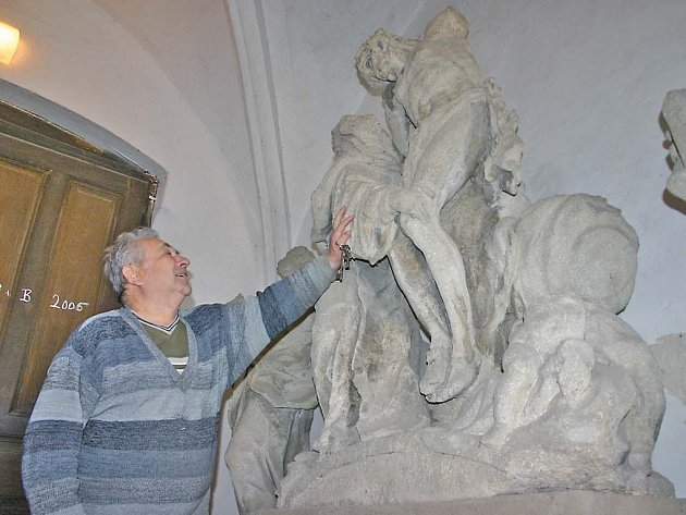 Štěpán Potoma ukazuje, jak neopatrnost řidiče sochu nenávratně poškodila.