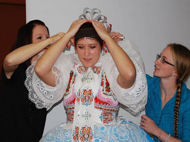 První z celkem pěti krojových dílen ukázala návštěvníků správné oblékání podlužáckého kroje.