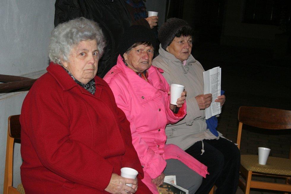 V Novosedlech zpívalo koledy přibližně osmdesát lidí.
