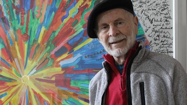 Antonín Vojtek s obrazem, který vytvořilo 601 lidí.