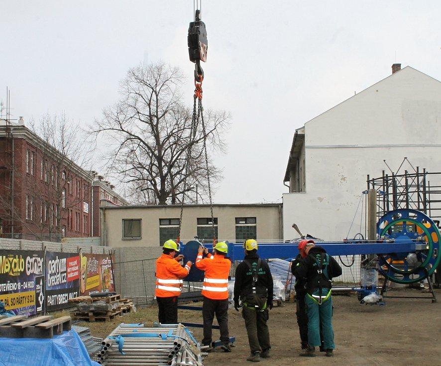 Práce u břeclavského hlavního nádraží. Dělníci začali v úterý spojovat konstrukci nové cyklověže. Foto: Deník/David Kvapil