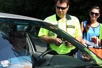 U rybníku Apollo dostávají řidiči, již mají vše v pořádku a hlavně jsou střízliví, nealkoholické pivo. V opačném případě jim naopak policisté odebírají řidičský průkaz.