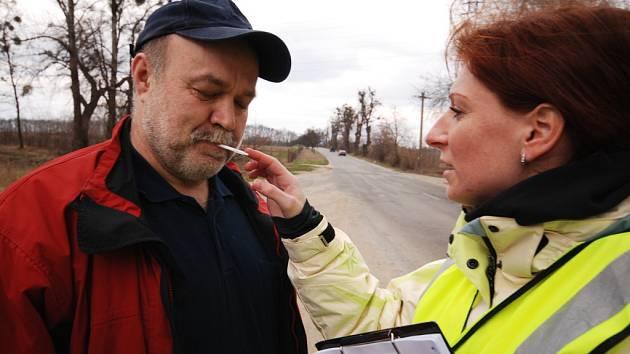 Pracovníci Centra dopravního výzkumu s doprovodem policistů odebírali u Lednice řidičům vzorky slin. Zjišťují tím, které látky ovlivní jejich pozornost.