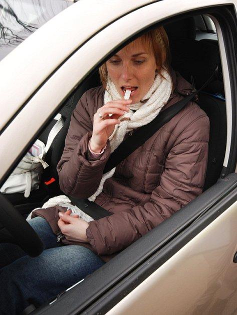 Pracovníci Centra dopravního výzkumu sdoprovodem policistů odebírali uLednice řidičům vzorky slin. Zjišťují tím, které látky ovlivní jejich pozornost.
