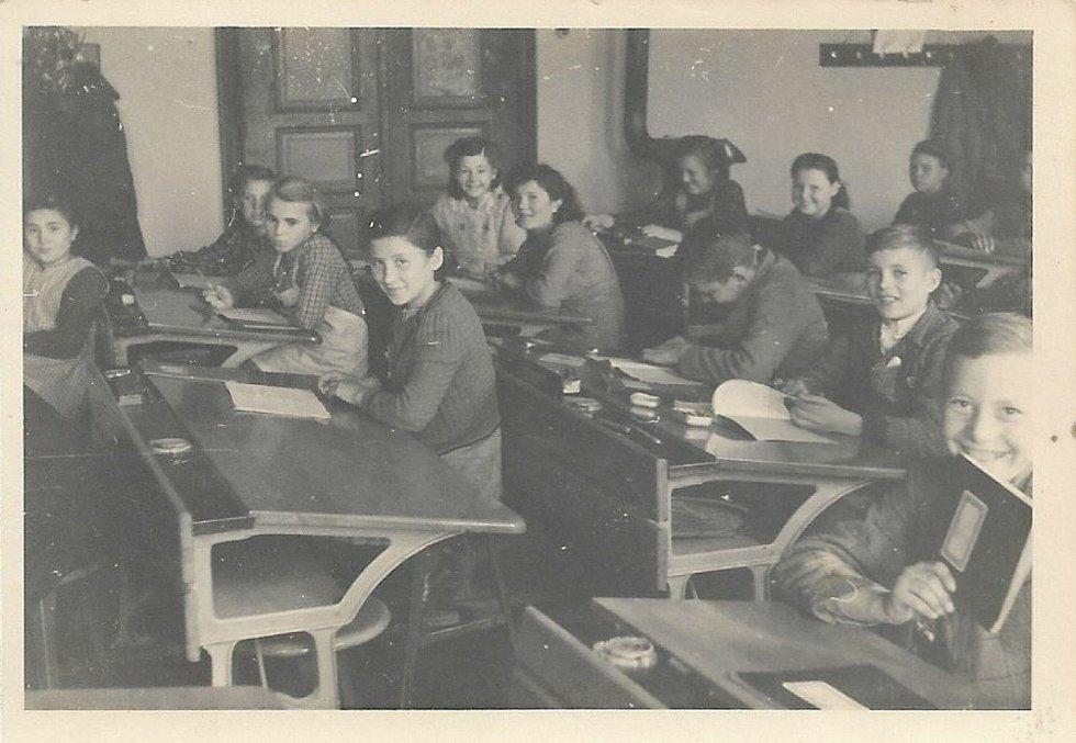 Škola v Bratelsbrunnu v roce 1942.
