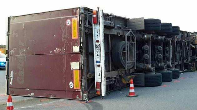 V Pasohlávkách v pondělí brzy ráno havaroval kamion.