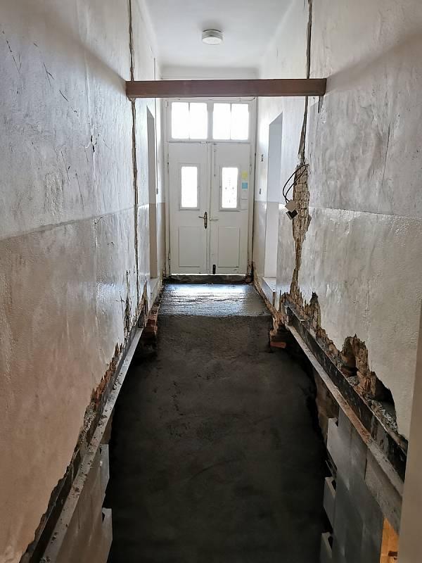 Hloubení schodů - původně chodba vedoucí na toaletu, pohled směrem do ulice na vstupní dveře.