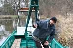 Lodníci z lednické společnosti 1. Plavební dávali poblíž Janohradu na vodu pomocí jeřábu dvě lodě. Opravou prošla přes zimu výletní pramice Arnoštek, která přes sezónu vozí po Černé Dyji turisty. Druhému plavidlu lodníci říkají Bobr.