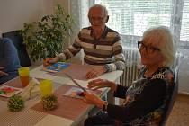 Děti malovaly přání seniorům