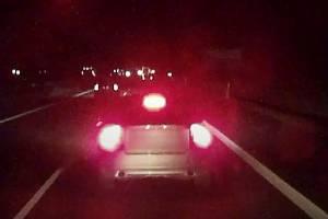 Nebezpečné vybržďování zachytila palubní kamera kamionu.