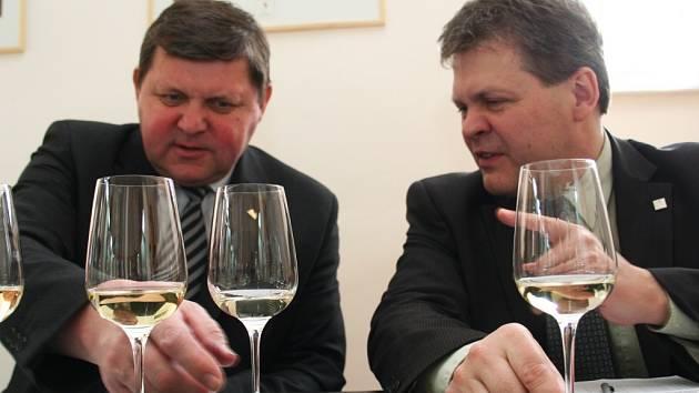 Úspěšný vinař Jan Valihrach z Krumvíře (vlevo) při hodnocení vín na Valtické vinné trhy.