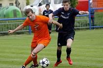 Fotbalisté Lednice (v oranžovém) doma přetlačili v derby Rakvice a už jsou druzí.